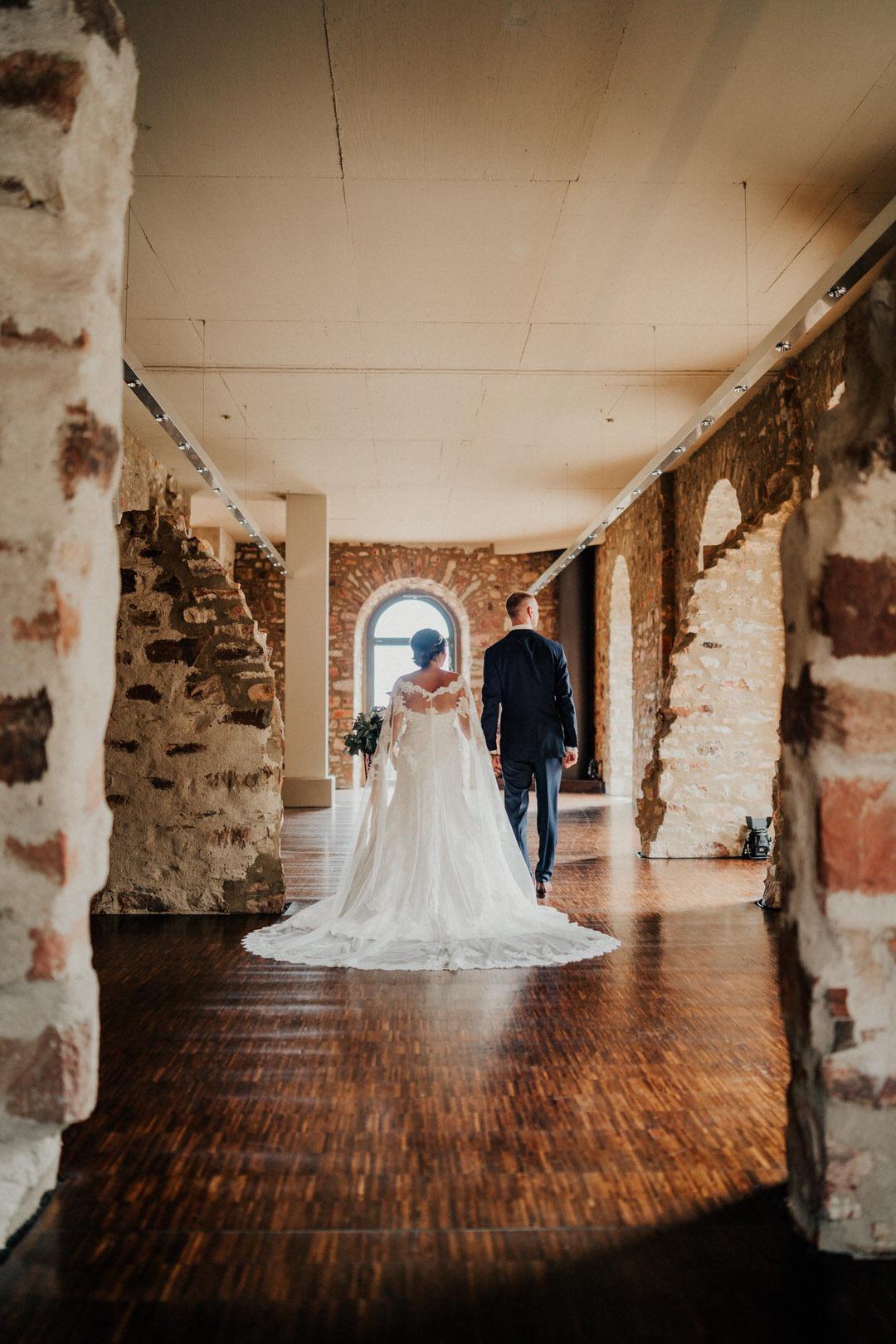 Boho-Hochzeit: Das Brautpaar auf dem Weg zum Hochzeits-Paarshooting