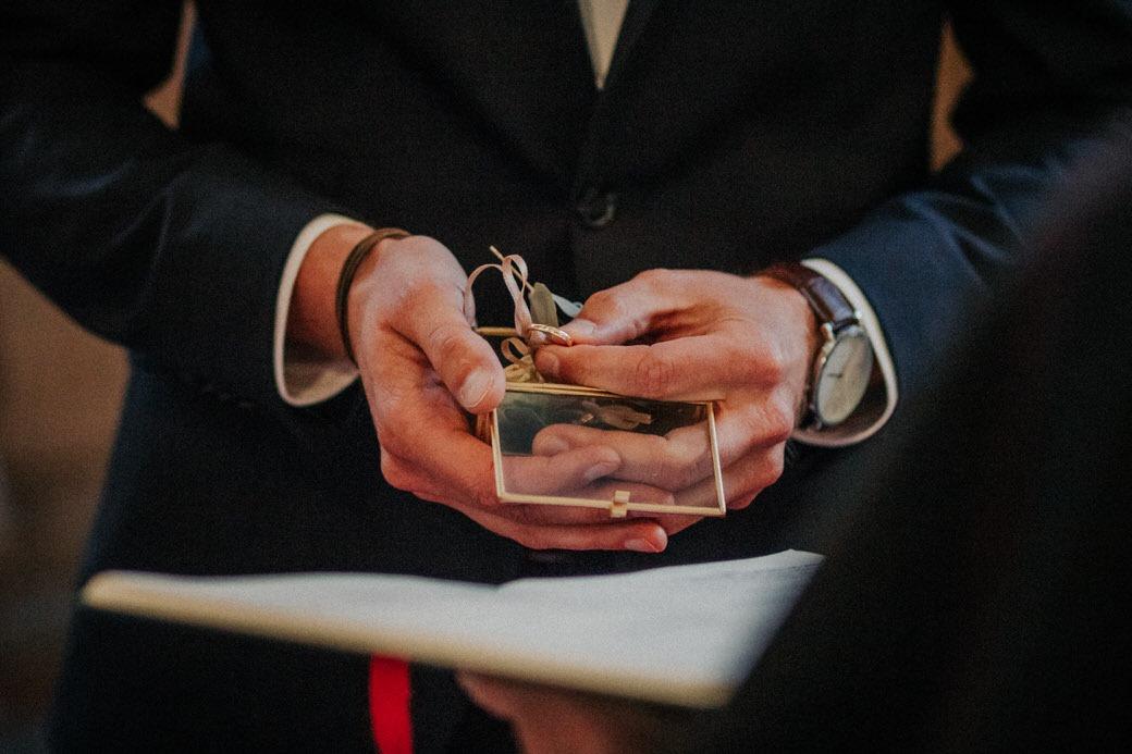 Bräutigam mit Ringkästchen in der Hand bei einer Hochzeitsreportage in Limburg