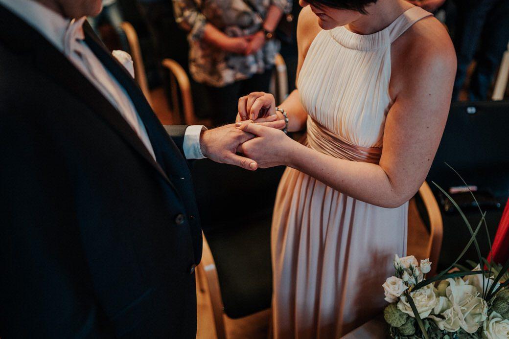 Ringübergabe bei der Hochzeit Fotograf