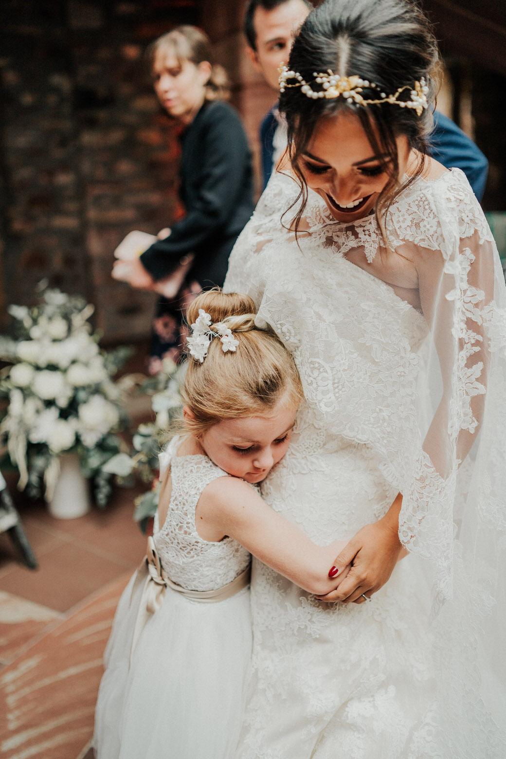 Hochzeitsbild von der Braut mit dem Blumenmädchen in Wiesbaden, Jagdschloss Platte