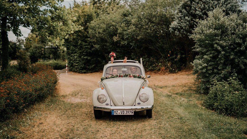 Hochzeitsauto VW-Käfer bei einer Hippie-Hochzeitsfotografie-Reportage in Frankfurt