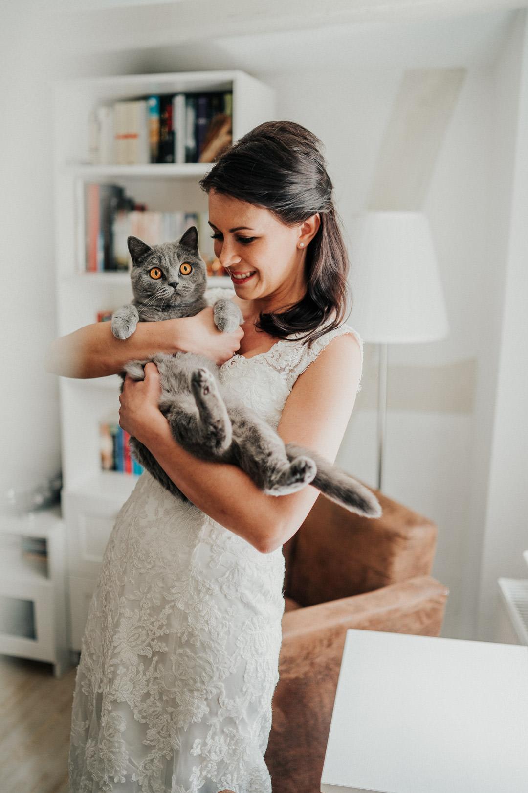 Braut am Hochzeitsmorgen mit ihrer Katze in der Altstadtwohnung in Limburg
