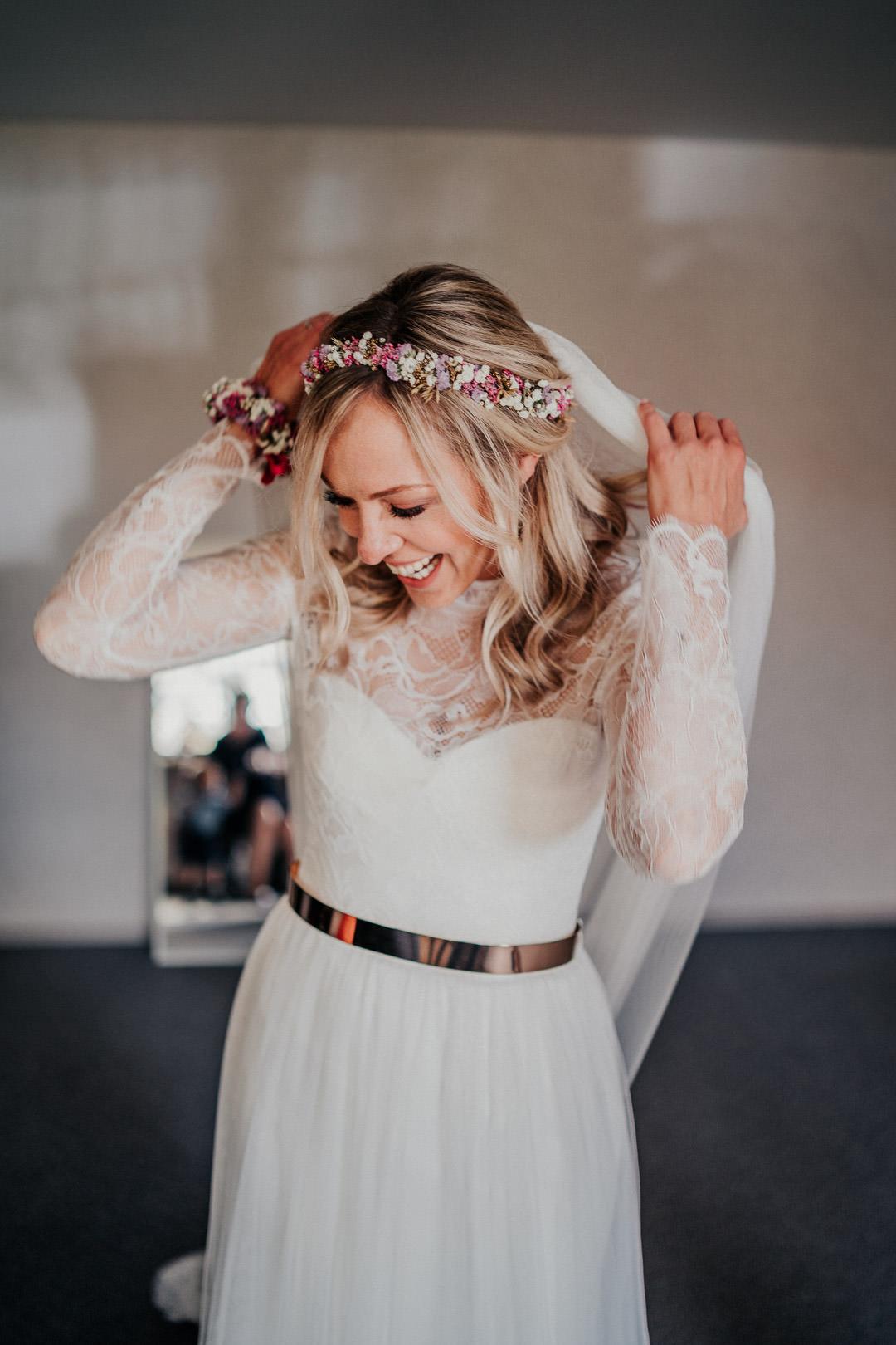 Glückliche Braut beim Getting Ready für die Hochzeit nahe Weilburg