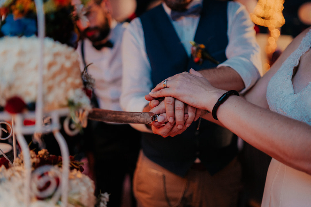 Hochzeitstorte wird vom Brautpaar angeschnitten - Detailbilder