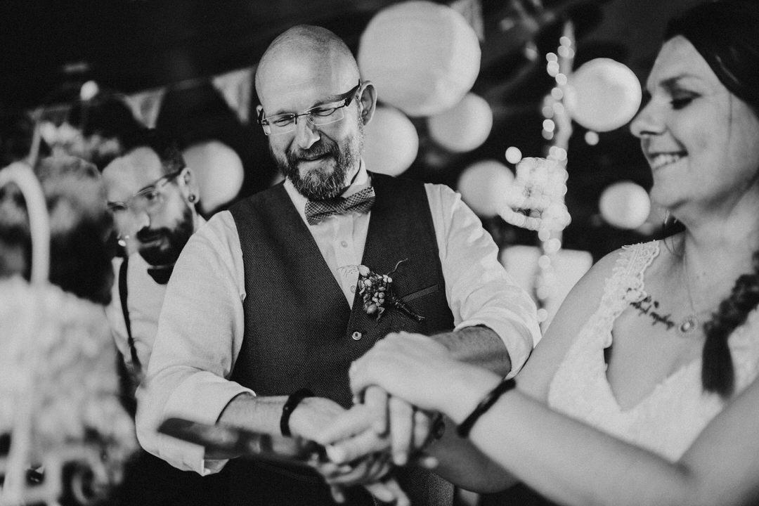 Torte anschneiden bei der Hochzeit in Limburg