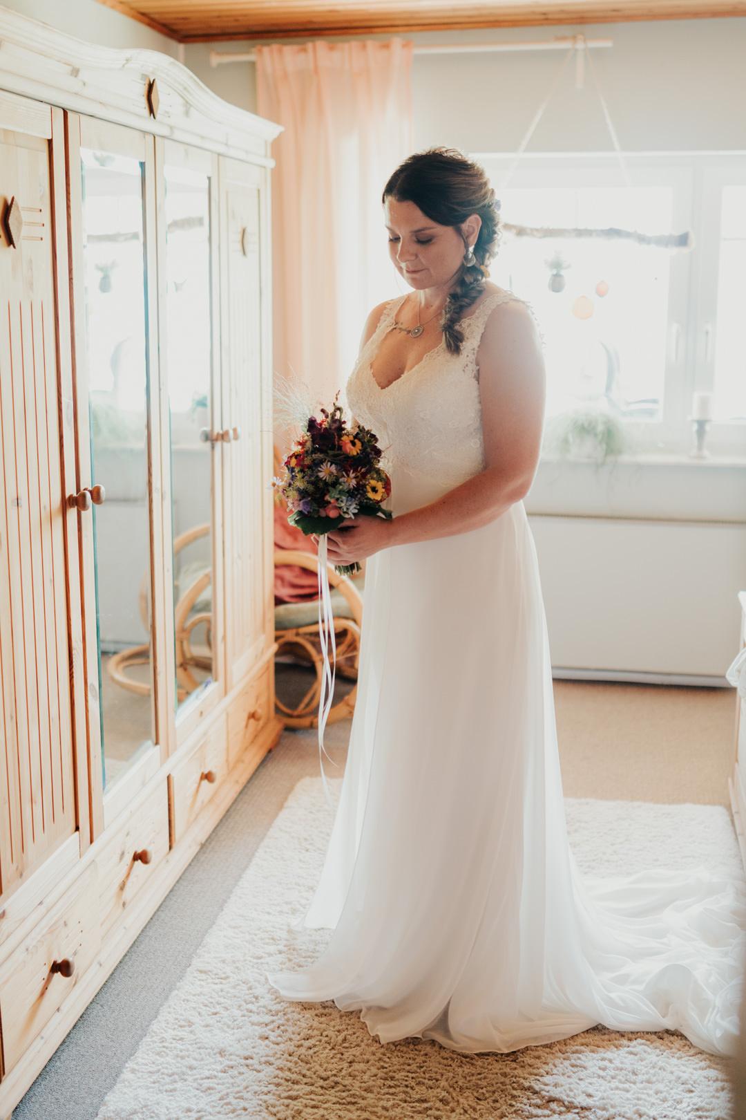 Braut beim Fertig machen im Elternhaus in Weilburg