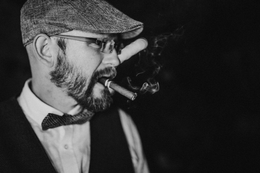 Bräutigam mit Zigarre